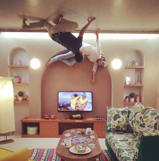 living room terbalik di Upside Down World Jogja