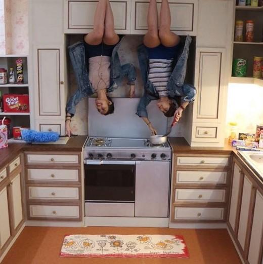 ruang dapur terbalik di upside down world jogja